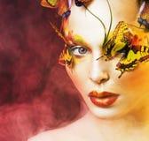 Kobieta z latem kreatywnie uzupełniał jak czarodziejski motyli zbliżenie Obraz Stock