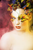Kobieta z latem kreatywnie uzupełniał jak czarodziejski motyli zbliżenie Zdjęcia Royalty Free