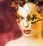 Kobieta z latem kreatywnie uzupełniał jak czarodziejski motyli zbliżenie Obraz Royalty Free