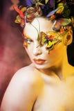 Kobieta z latem kreatywnie uzupełniał jak czarodziejski motyli zbliżenie Obrazy Royalty Free
