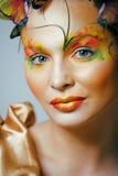Kobieta z latem kreatywnie uzupełniał jak czarodziejskiego motyliego zbliżenia jaskrawy barwiony tło Zdjęcia Stock
