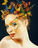Kobieta z latem kreatywnie uzupe?nia? jak czarodziejskiego motyliego zbli?enia jaskrawy barwiony t?o obrazy stock