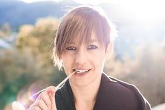 Kobieta z lody kijem w jej usta Zdjęcie Royalty Free