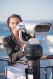 Kobieta z lornetkami zbliża port morskiego Fotografia Royalty Free