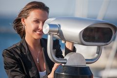 Kobieta z lornetkami zbliża port morskiego Fotografia Stock