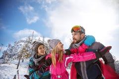 Kobieta z mężem i dziećmi na zima wakacje w górze Fotografia Royalty Free