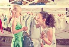 Kobieta z małą dziewczyną wybiera błękitów ubrania zdjęcie royalty free