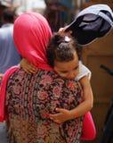 Kobieta z małą dziewczynką w Medina Essaouira Zdjęcia Stock
