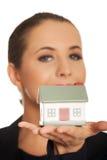 Kobieta z małego modela domem na ręce Fotografia Stock