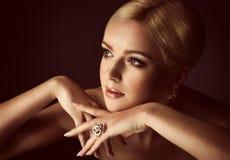 Kobieta z makeup w luksusowej biżuterii obrazy stock