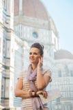 Kobieta z mapą i audio przewdonik w Florence, Italy obraz royalty free