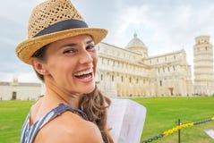 Kobieta z mapą na piazza dei miracoli, Pisa, Italy Zdjęcie Stock