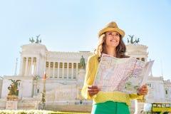 Kobieta z mapą na piazza venezia w Rome, Italy Fotografia Royalty Free