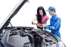 Kobieta z mechanikiem patrzeje schowek Obrazy Royalty Free
