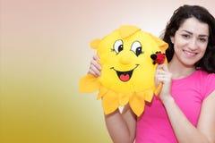 Kobieta z miękkim zabawkarskim słońcem Zdjęcie Royalty Free