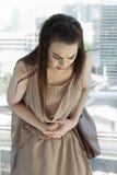 Kobieta z miesiączka bólem, żołądek obolałość obraz stock