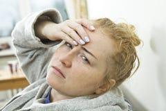 Kobieta z migreną Gospodyni domowej kobieta w leżance z migreną zdjęcia stock