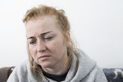 Kobieta z migreną Gospodyni domowej kobieta w leżance z migreną obraz stock