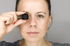 Kobieta z mini photocamera Zdjęcia Stock