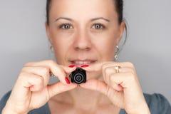 Kobieta z mini photocamera Obrazy Stock