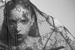 Kobieta z mody makeup w czerni, koronki przesłona zdjęcia stock