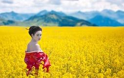 Kobieta z nagimi ramionami przyglądającymi z powrotem fotografia stock