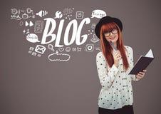 Kobieta z notepad i blogu ikony graficznymi rysunkami Zdjęcia Stock