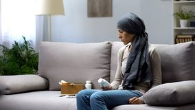 Kobieta z nowotworu mienia pigu?kami, eksperymentalny traktowanie, farmakologia biznes obrazy royalty free