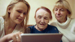 Kobieta z ochraniaczem pokazuje fotografie lub wideo ona zbiory wideo