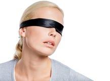 Kobieta z oczami zakrywającymi z czarnym faborkiem Zdjęcia Stock