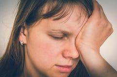 Kobieta z oko bólem trzyma jej bolącego oko Obraz Royalty Free