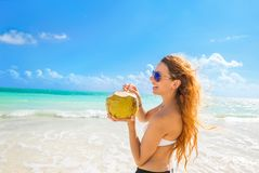 Kobieta z okularami przeciwsłonecznymi na tropikalnym plażowym cieszy się widok na ocean fotografia stock