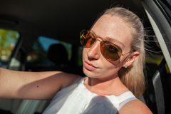 Kobieta z okularami przeciwsłonecznymi w samochodzie fotografia royalty free