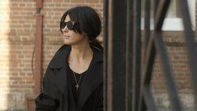 Kobieta z okulary przeciwsłoneczni pobliską bramą zbiory