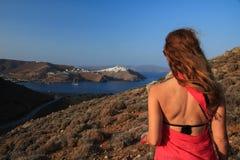 Kobieta z ona z powrotem obracał kamera w greckiej wyspie fotografia stock