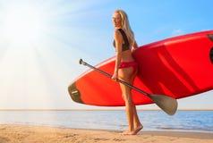 Kobieta z paddle deską fotografia stock