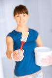 Kobieta z paintbrush i farby garnkiem obrazy stock