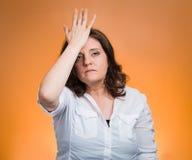 Kobieta z palmą na twarz gescie w momencie duh fotografia royalty free
