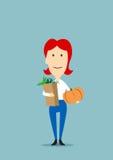 Kobieta z papierową torbą pełno sklepy spożywczy Zdjęcie Royalty Free