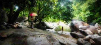 Kobieta z parasolem i dziewczyn? w czerwonych skr?tach obraz royalty free