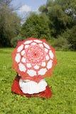 Kobieta z parasolem na trawie Zdjęcia Stock