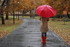 Kobieta z parasolem w jesień parku obraz royalty free