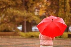 Kobieta z parasolem w jesień parku obrazy royalty free