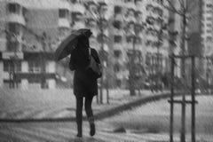 Kobieta z parasolem w mieście iść do domu podczas ulewnego deszczu fotografia stock