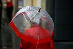 Kobieta z parasolowym odprowadzeniem w deszczu Fotografia Royalty Free