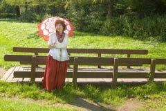 Kobieta z parasolowym pobliskim mostem Zdjęcie Royalty Free