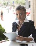 Kobieta z pastylką w kawiarni fotografia stock