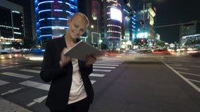 Kobieta z pastylka pecetem w nocy Seul, Południowy Korea Fotografia Royalty Free
