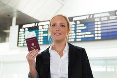 Kobieta z paszportem Zdjęcia Stock