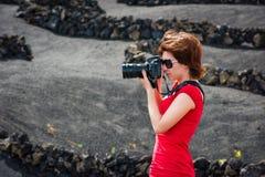 Kobieta z pfoto kamerą fotografia royalty free